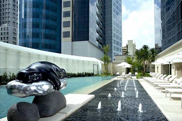 Bể bơi khách sạn The St. Regis Singapore