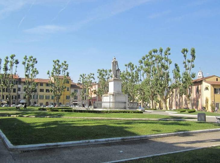 Quảng trường Piazza Martiri della Libertà trong nắng sớm